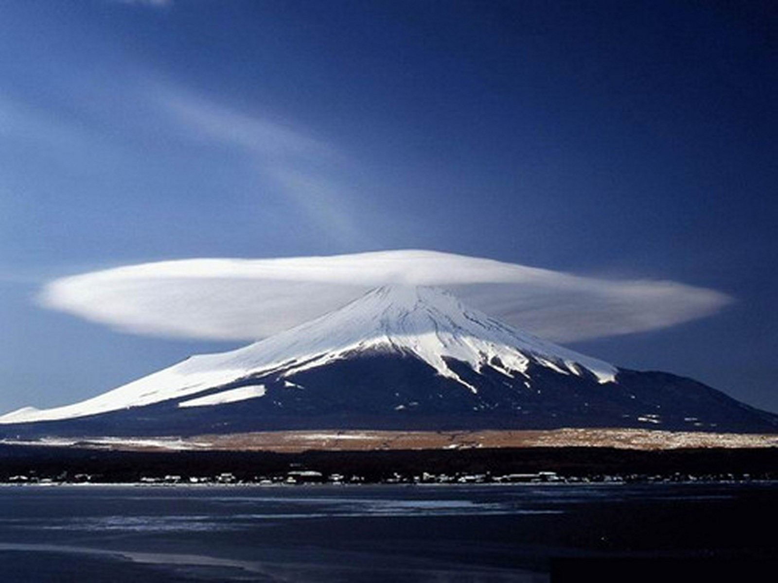 marvelous_lenticular_clouds