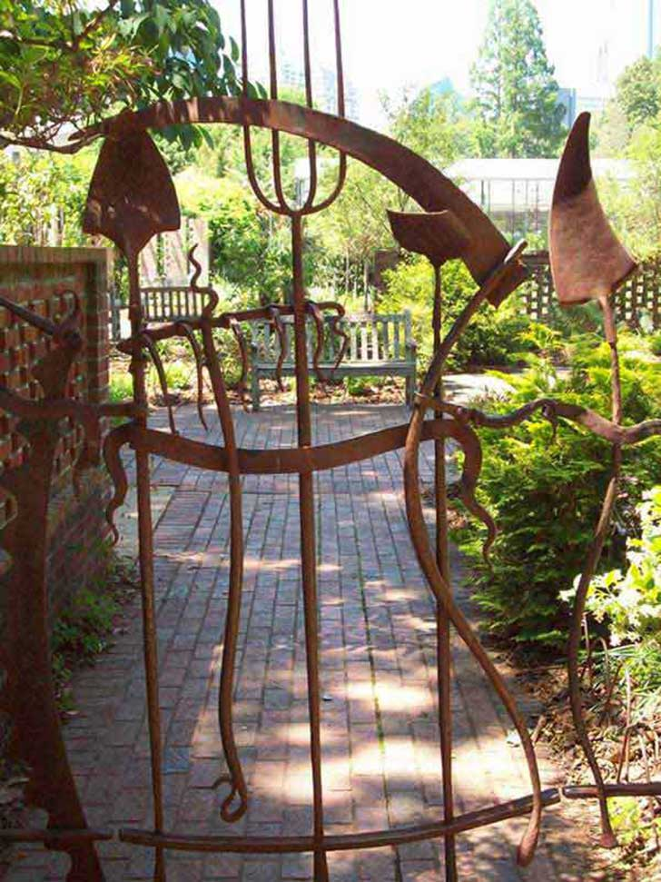 22-Insanely-Charming-Garden-Gate-DIY-Projects-Protecting-Greenery-in-Style-usefuldiyprojects.com-outdoor-space-decor-3