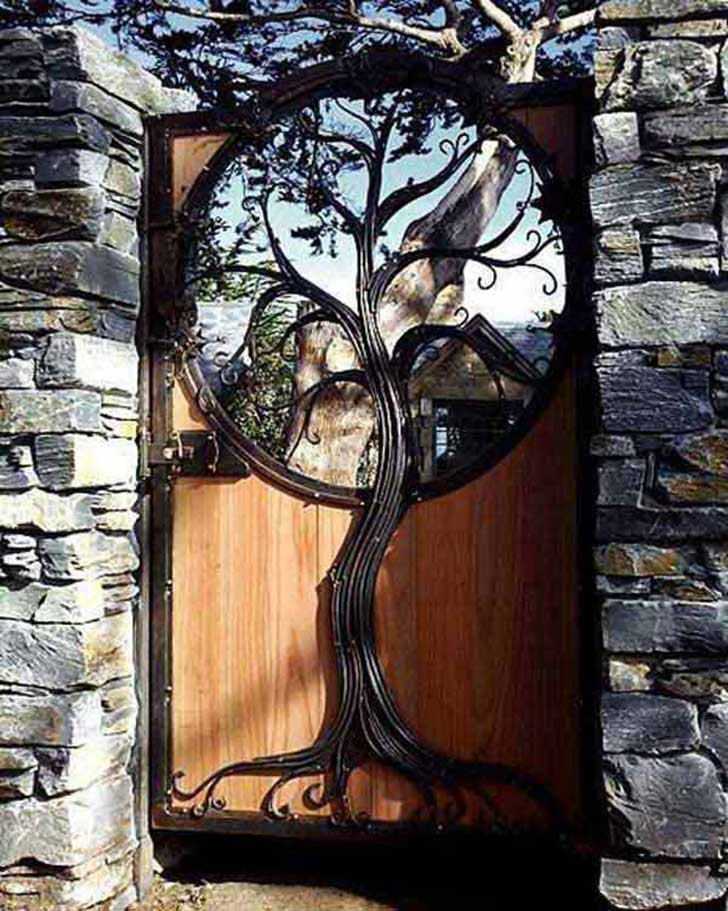 22-Insanely-Charming-Garden-Gate-DIY-Projects-Protecting-Greenery-in-Style-usefuldiyprojects.com-outdoor-space-decor-7