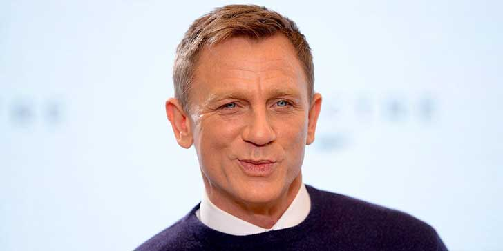 daniel-craig-plays-a-stormtrooper