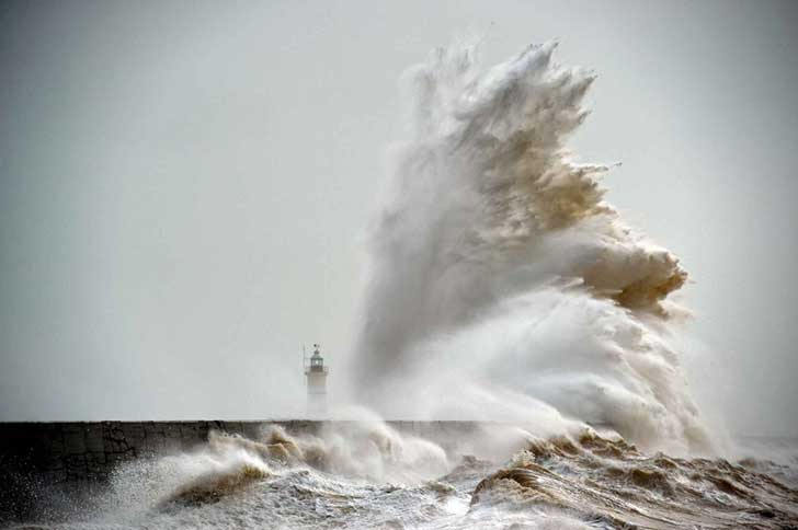 6698860-1000-1455717901-waves-crash-over-newhaven-lighthouse-2504-diaporama