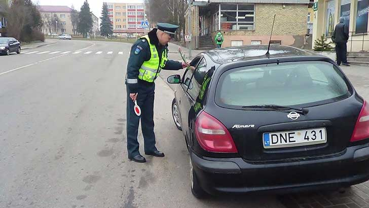 lithuanian-police-officers-give-flowers-international-womens-day-1