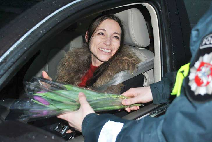 lithuanian-police-officers-give-flowers-international-womens-day-14