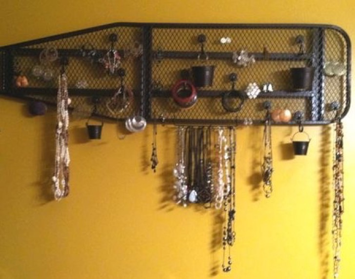 Hanging-jewelry-display-2