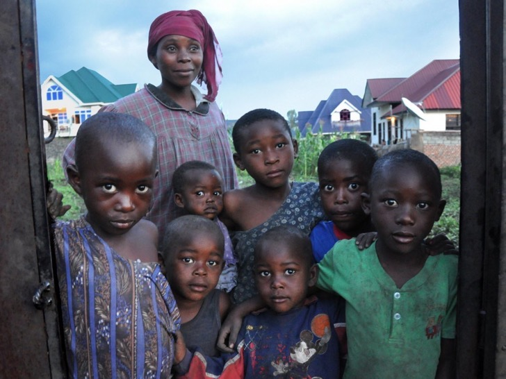 while-in-congo-garfors-was-able-to-capture-this-photo-of-a-mother-with-her-seven-children