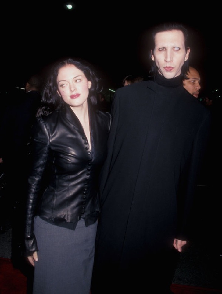 "Rose McGowan and Marilyn Manson During Premiere of Paramount Pictures' ""Sleepy Hollow"" at Mann Chinese Theatre in Hollywood, California, United States.  (Photo by Barry King / WireImage)"