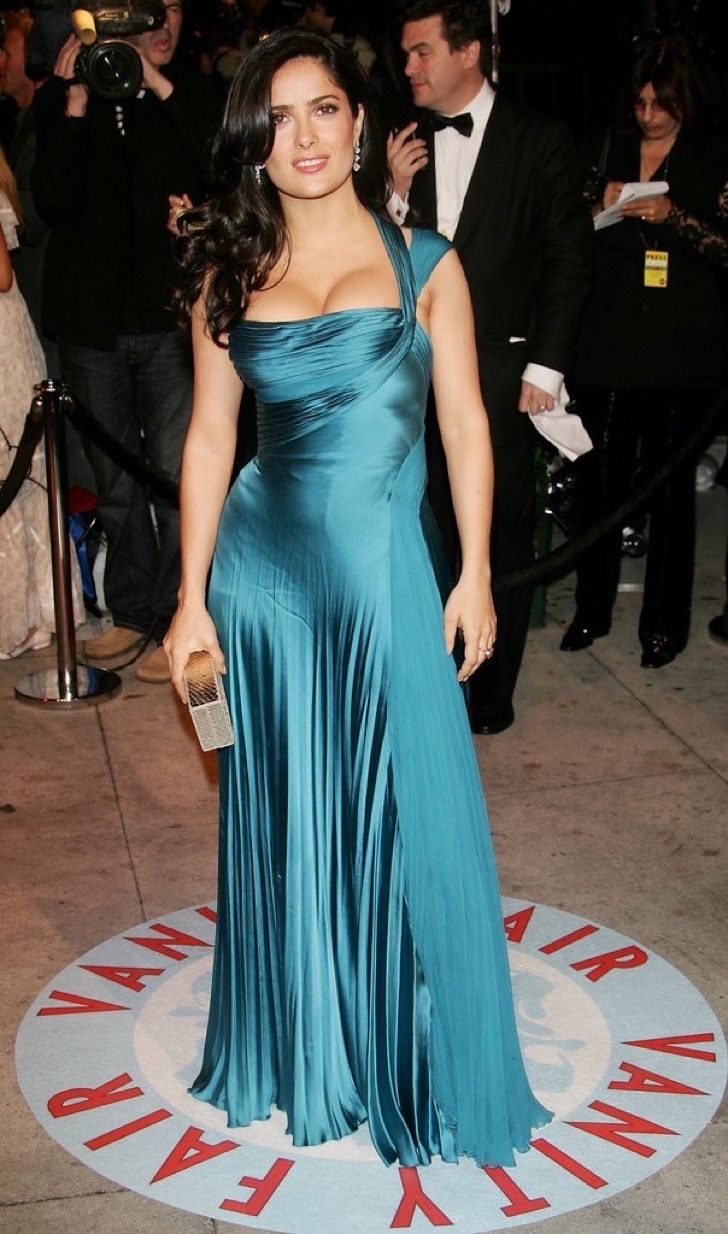 salma-hayek-cut-unforgettable-figure-2006-vanity-fair