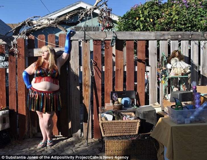 3af3891600000578-3993448-one_model_proudly_displays_her_curves_at_a_yard_sale_in_los_ange-a-18_1480690846554-2