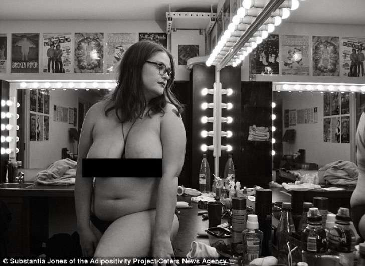 3af45f2c00000578-3993448-a_model_poses_nude_in_a_theatre_dressing_room_photographer_subst-a-12_1480690773079-2