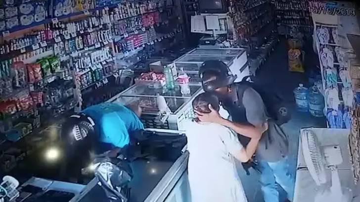 Ladrón calma y besa en la frente a una anciana durante robo